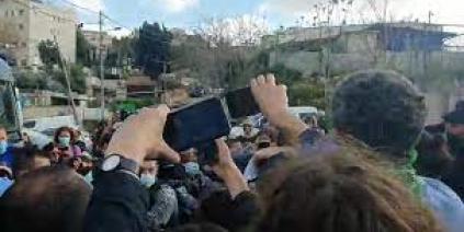إعتداء وحشي على نائب إسرائيلي لتضامنه مع أهالي الشيخ جراح