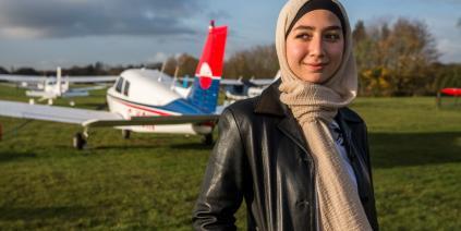 مايا غزال أول لاجئة سورية تقود طيارة