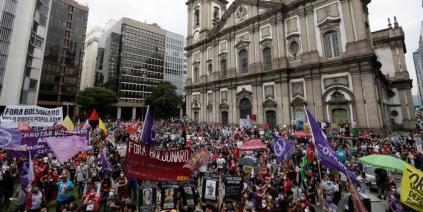 تزايد أعداد ضحايا كورونا يدفع البرازيليين للتظاهر في الشوارع