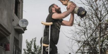 صورة أب سوري وابنه تفوز بجائزة دولية