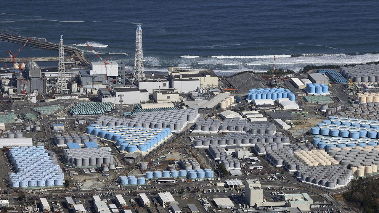 مياه الصرف الصحي الملوثة تملأ أكثر من 1000 خزان في موقع محطة فوكوشيما دايتشي النووية. YOMIURI SHIMBUN عبر صور AP