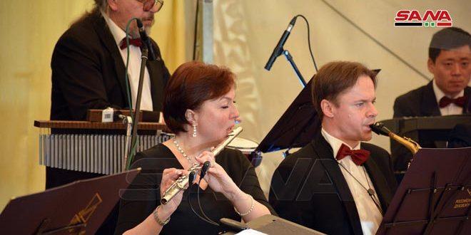 فرقة أوركسترا (سبرانا توريتسكوفا) الروسية أثناء الحفل الذي أقيم في حميميم (سانا)