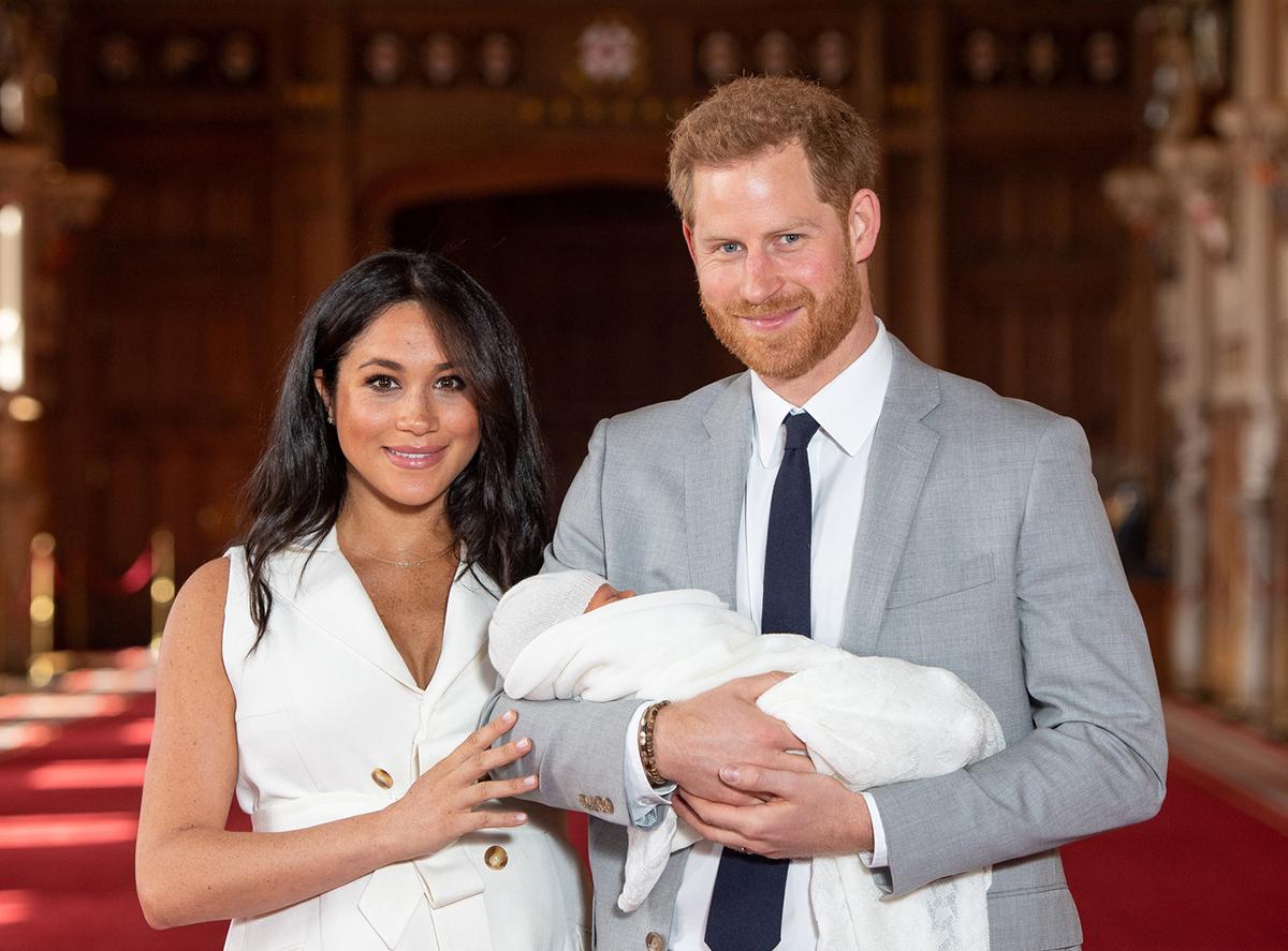 الامير هاري وزوجته يحملان المولودة الجديدة