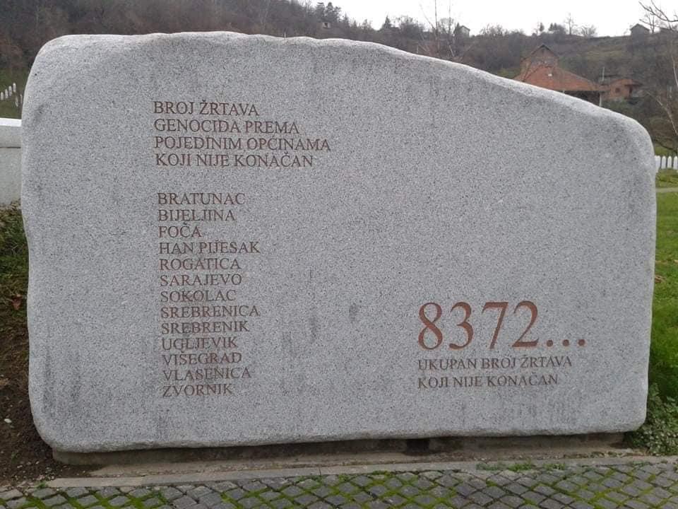 لوحة حجرية مدون عليها عدد ضحايا المجزرة موجودة بمدخل المقبرة في مدينة سريبرينيتسا