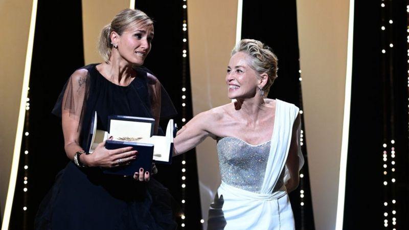 المخرجة جوليا دوكورنو تتسلم السعفة الذهبية إلى جانب شارون ستون