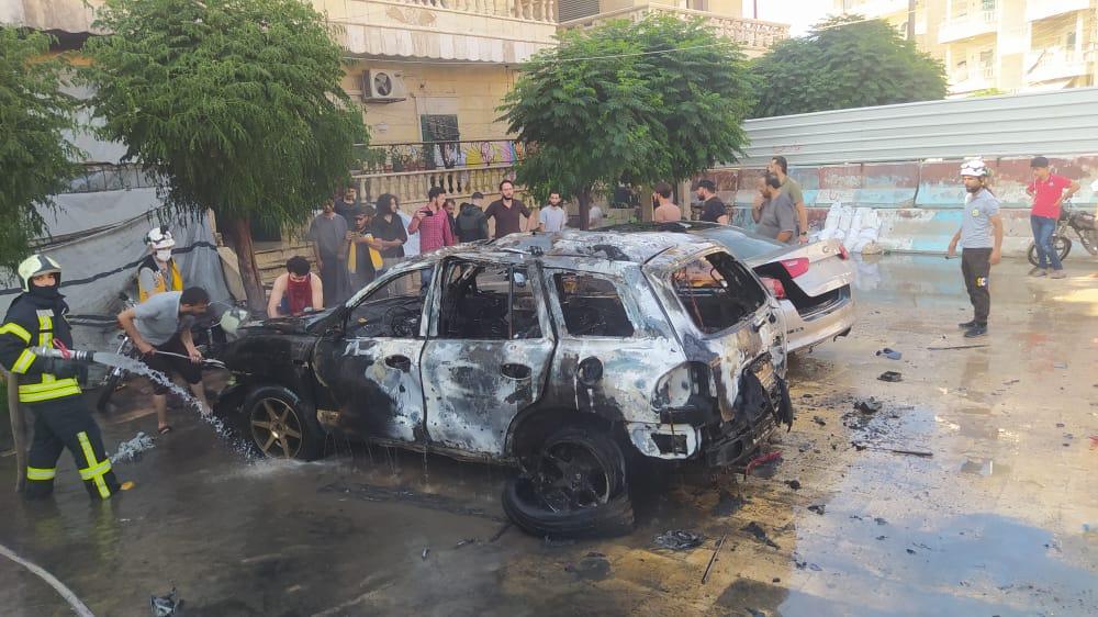 عناصر الدفاع المدني يطفئون سيارة انفجرت بعد تفخيخها -السوري اليوم