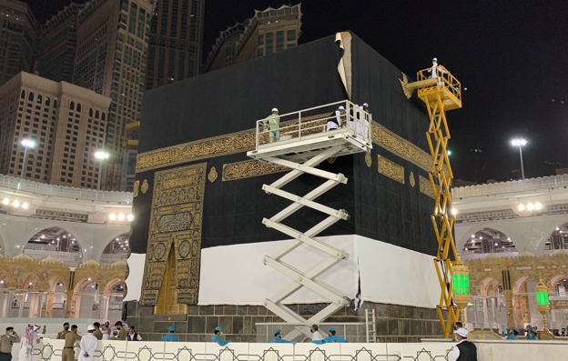 فريق خاص من الإدارة العامة لمجمع الملك عبدالعزيز  يغير كسوة الكعبة المشرفة