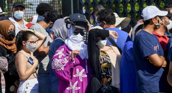 التزاحم على أماكن تقديم اللقاحات فجر احتجاجات شعبية