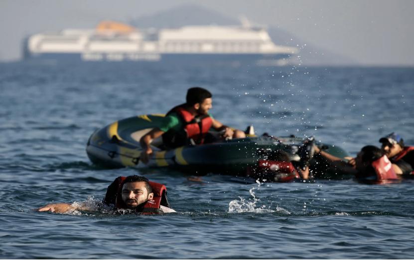 غرق قارب مطاطي للاجئين سورين قرب السواحل اليونانية(إنترنت)