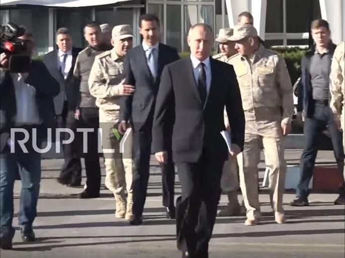 الجنرال الروسي يمسك ببشار الأسد ويبعده عن بوتين(انترنت)