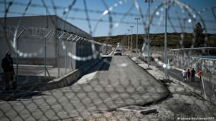 """اليونان تفتح أول مخيم لاجئين """"مغلق وخاضع للمراقبة"""